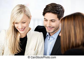 paar, in, een, vergadering, met, een, adviseur