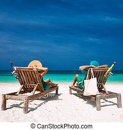 paar, in, groene, verslappen, op, een, strand, op, malediven