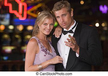 paar, in, kasino, mit, zigarre, lächeln, (selective, focus)