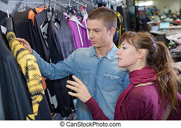 paar, in, kaufmannsladen, anschauen, kleidung