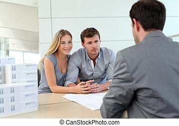 paar, in, real-estate, agentur, reden, baugewerbe, planer