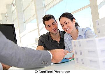 paar, in, real-estate, agentur, unterzeichnung, eigenschaft,...