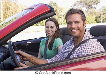 paar, in, umwandelbares auto, lächeln