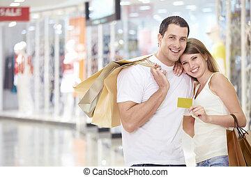 paar, in, winkel, met, een, kredietkaart