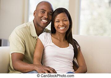 paar, in, wohnzimmer, lächeln