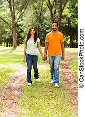 paar, indiër, jonge, wandelende, buitenshuis