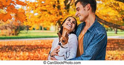 paar, jonge, herfst, buitenshuis, verticaal, vrolijke