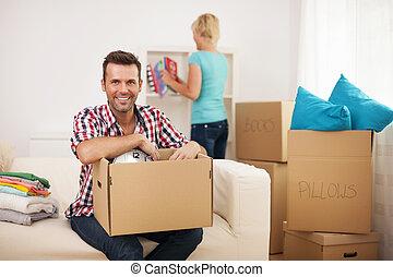 paar, jonge, hun, nieuw huis, uitpakken