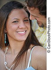 paar, jonge, interracial, aantrekkelijk, buitenshuis, glimlachen gelukkig