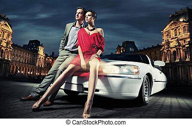 paar, jonge, limousine, voorkant, sexy