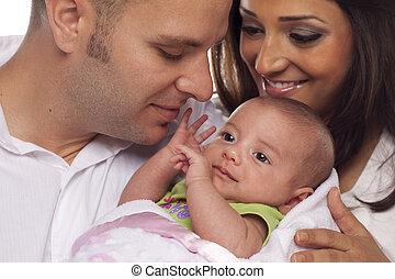 paar, jonge, pasgeboren, gemengde race, baby