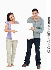 paar, jonge, samen, meldingsbord, vasthouden, het glimlachen
