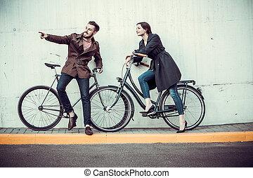 paar, jonge, tegenoverstaand, fiets, stad