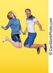 Paar, junger, gelber, springende, gegen, hintergrund, Porträt