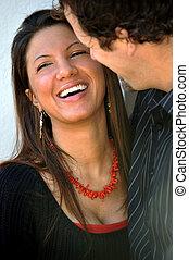 paar, junger, zwischenrassisch, attraktive, draußen, lächeln glücklich
