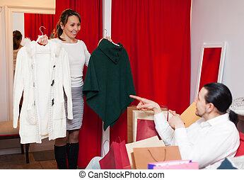 paar, kies, jas, op, de opslag van de kleding