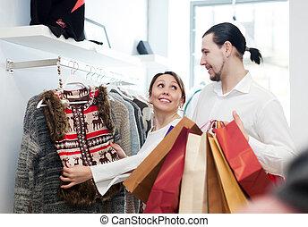 paar, kies, jas, op, kleding winkel
