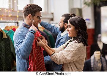 paar, kies, kleren, op, uitstekende kledingsopslag