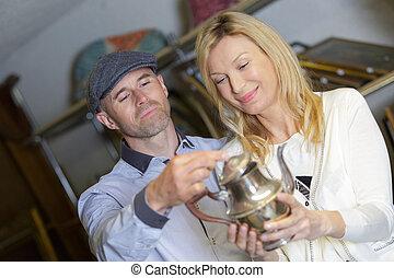 paar, kijken naar, antieke , koffiekan