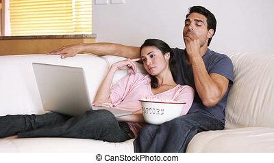 paar, kijken naar, een, draagbare computer