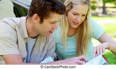 paar, kijkend a, kaart, terwijl, kamperen