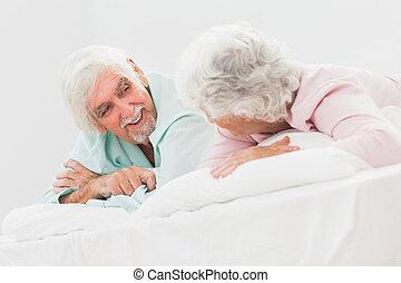 paar, kletsende,  bed