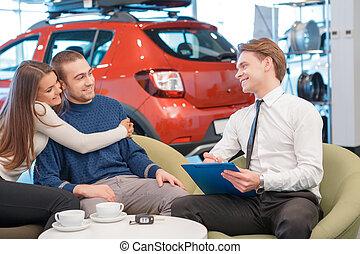 paar, kommunizieren, mit, der, verkäufer, in, ausstellungsraum