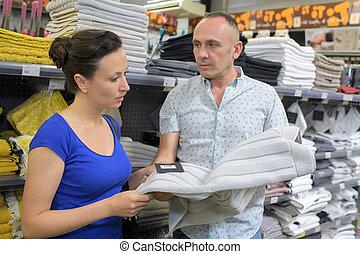 paar, kopende kleren