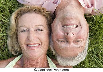 paar, lächeln, entspannend, draußen