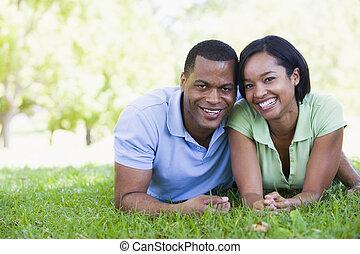 paar, lächeln, liegen, draußen