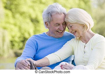 paar, lachen, buitenshuis