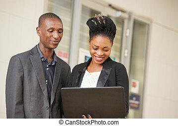 paar, laptop., jonge, zakenlui