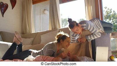 paar, lesbische , hun, baby jongen, 4k, spelend