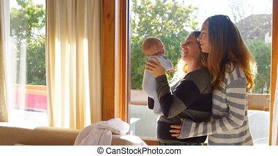 paar, lesbische , hun, baby, vasthouden, jongen, 4k