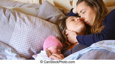 paar, lesbische , slaapkamer, terwijl, hun, baby, relaxen, ...