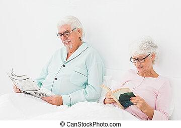 paar, lezende , in bed