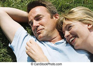 paar, liegen, draußen, lächeln
