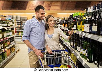 paar, met, wijntje, en, boodschappenwagentje, op, drank opslag