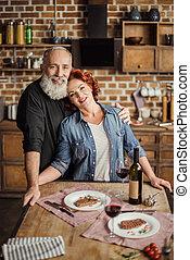 paar, middelbare leeftijd , keuken