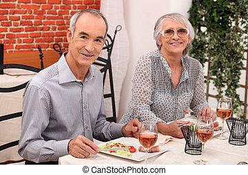 paar, middelbare leeftijd , restaurant