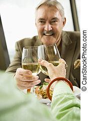 paar, middelbare leeftijd , toasting.