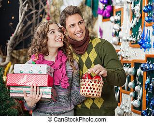 paar, mit, geschenke, shoppen, in, kaufmannsladen
