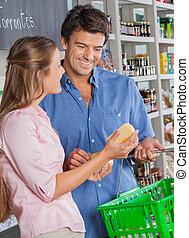 paar, mit, kã¤se, shoppen, in, lebensmittelgeschäft