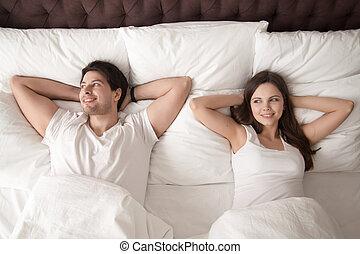 paar, na, bed, morgen, wakeup, het liggen, vrolijke