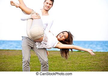 paar, nakomeling kijkend, plezier, strand, hebben, vrolijke