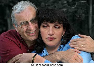 paar, omhelzing, middelbare leeftijd