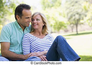 paar, park, het glimlachen, relaxen, buitenshuis
