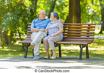 paar, parkbank, sprechende , älter, entspanntes