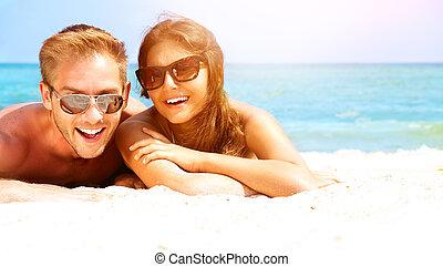 paar, plezier, zomer, zonnebrillen, vrolijke , hebben, strand.