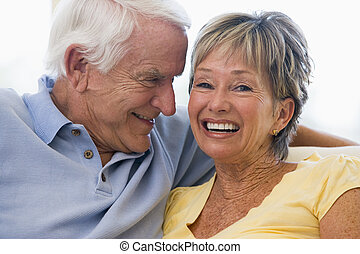 paar, relaxen, in, woonkamer, en, het glimlachen